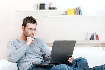 mann vergleicht kredite auf der couch